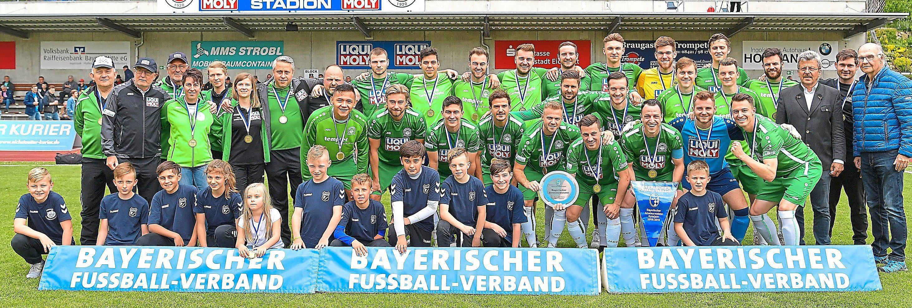 Ein großer Moment: BFV-Verbandsspielleiter Josef Janker (3. von rechts) zeichnete den VfB Eichstätt für den Gewinn der bayerischen Amateur-Meisterschaft aus. Neben der Meisterschaftsschale und dem Wimpel gab es für jeden Spieler und Betreuer eine Medaille.    Foto: Traub