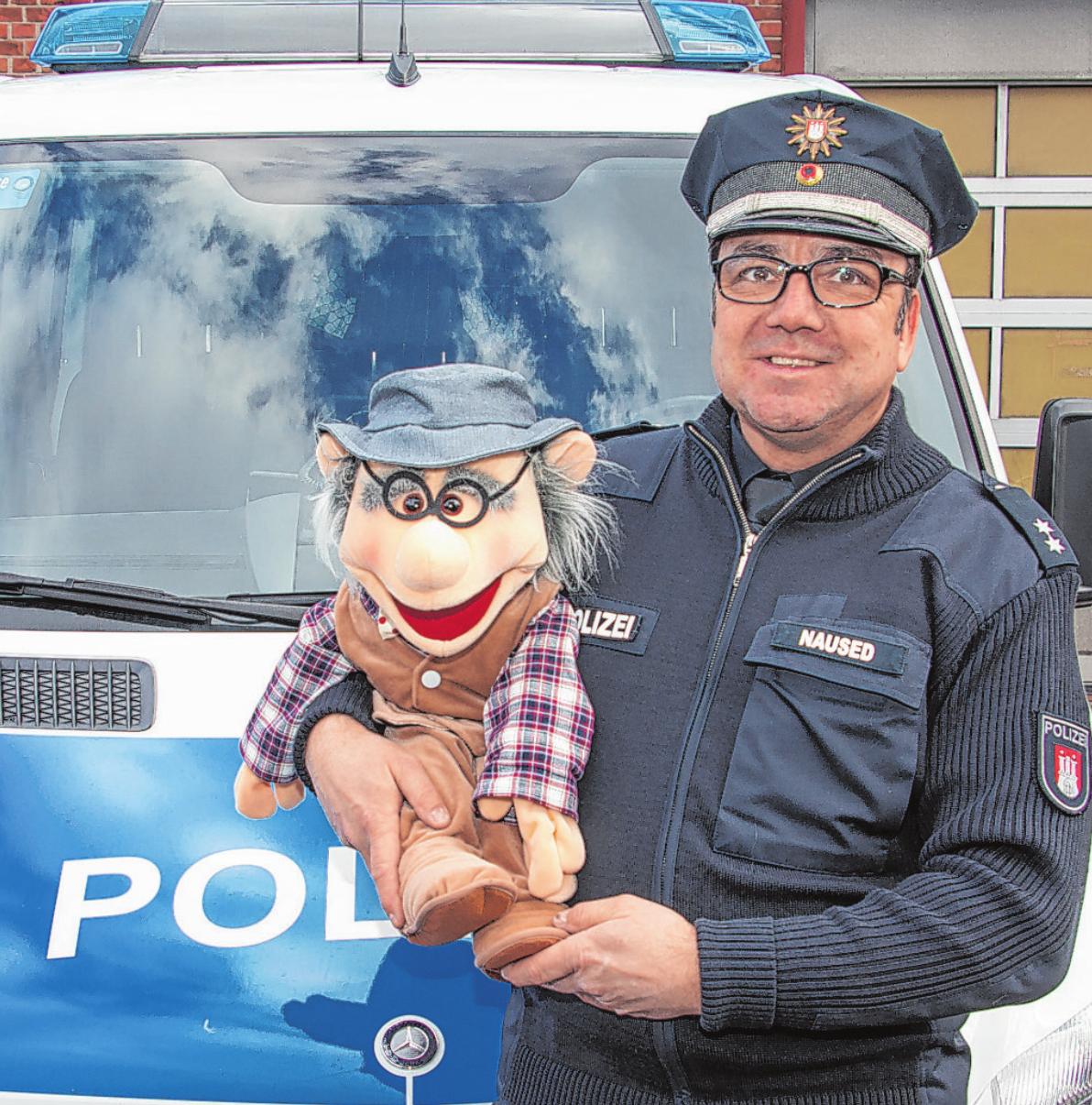 Herr Maschke kämpft sich durch den Straßenverkehr. Oberkommissar Jörg Naused haucht der Puppe Leben einFoto: Umsorgt wohnen