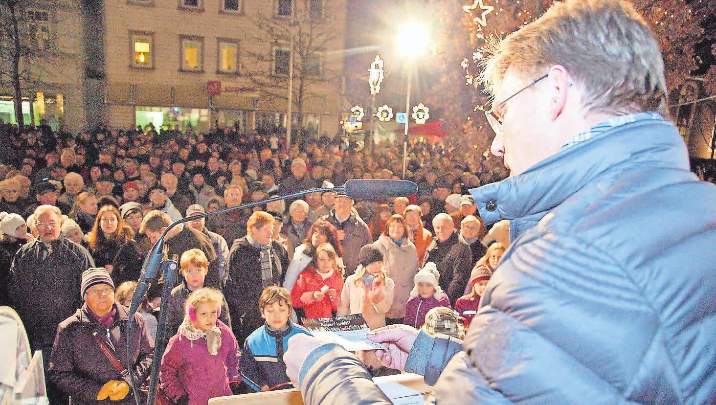 Heiko Nebel, Vorstand der Stadtsparkasse Burgdorf, moderiert die große Verlosungsaktion und sorgt bei den Gewinnern für strahlende Augen.