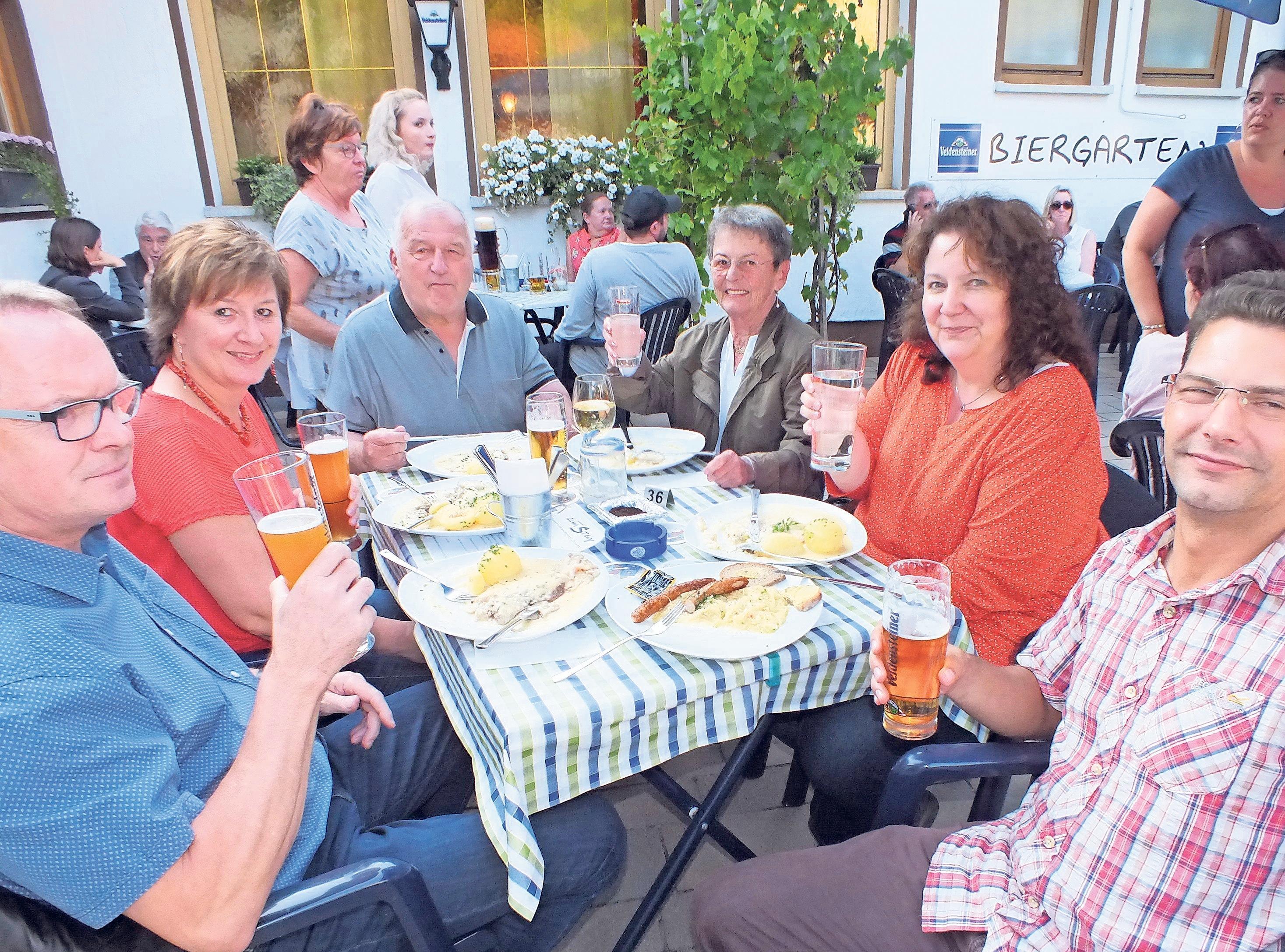 Freunde, Familien und Stammgäste aus Stadt und Land treffen sich an der Kerwa, wie hier die Familie von Karl-Heinz Jung.