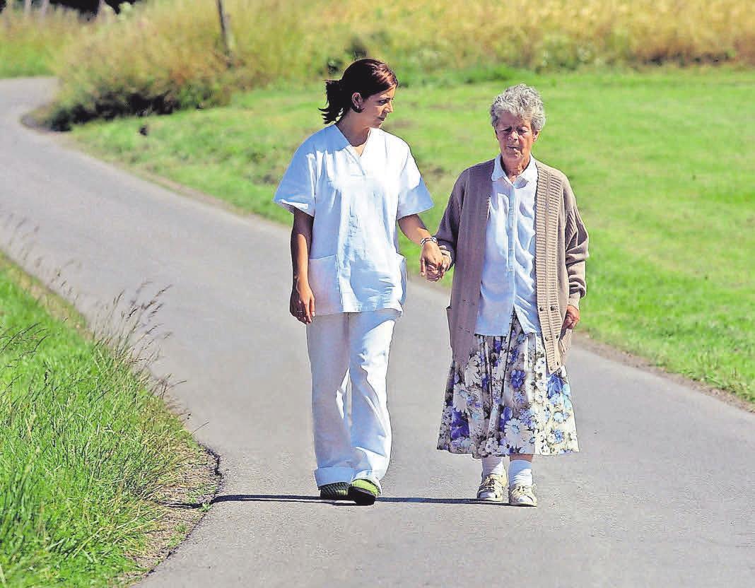 Viele Menschen sind im höheren Alter auf Pflege und Betreuung angewiesen.