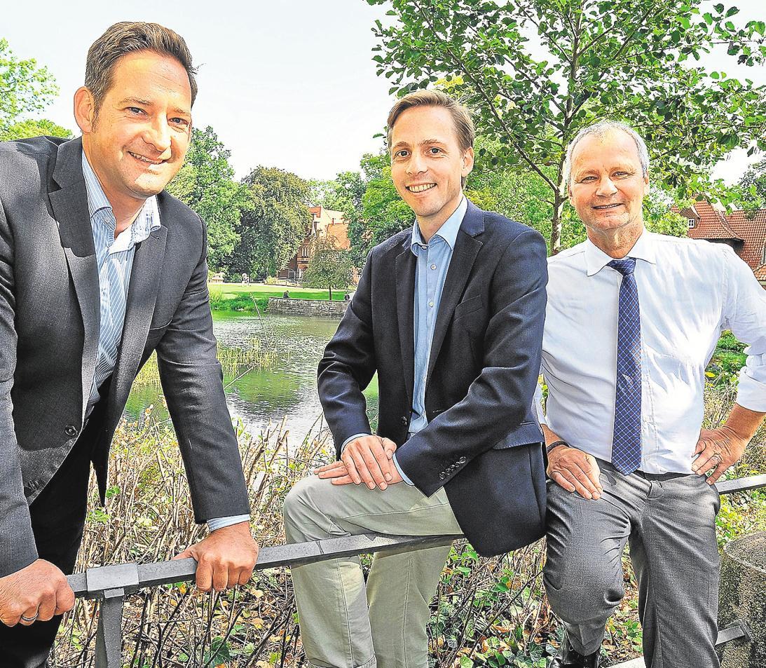Anstossgeber WSB-Manager Marc Wilken (links) mit den Vorsitzenden Malte Landmann (Mitte) und Thomas Buhck vor dem Schlossteich mit Blick auf das Bergedorfer Schloss.FOTO: NEWS & ART