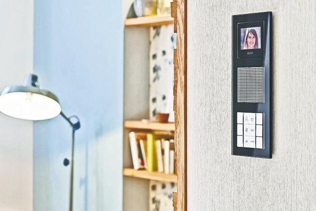 Dank der Video-Innenstation mit großzügigem Display erkennen Bewohner auf einen Blick, wer vor der Tür steht Foto: Jung.de