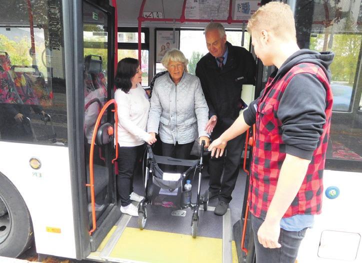 Die Berufsfachschule Altenpflege des Diakonischen Werks bietet regelmäßig Rollatorentraining an. Foto: Britta Steinborn