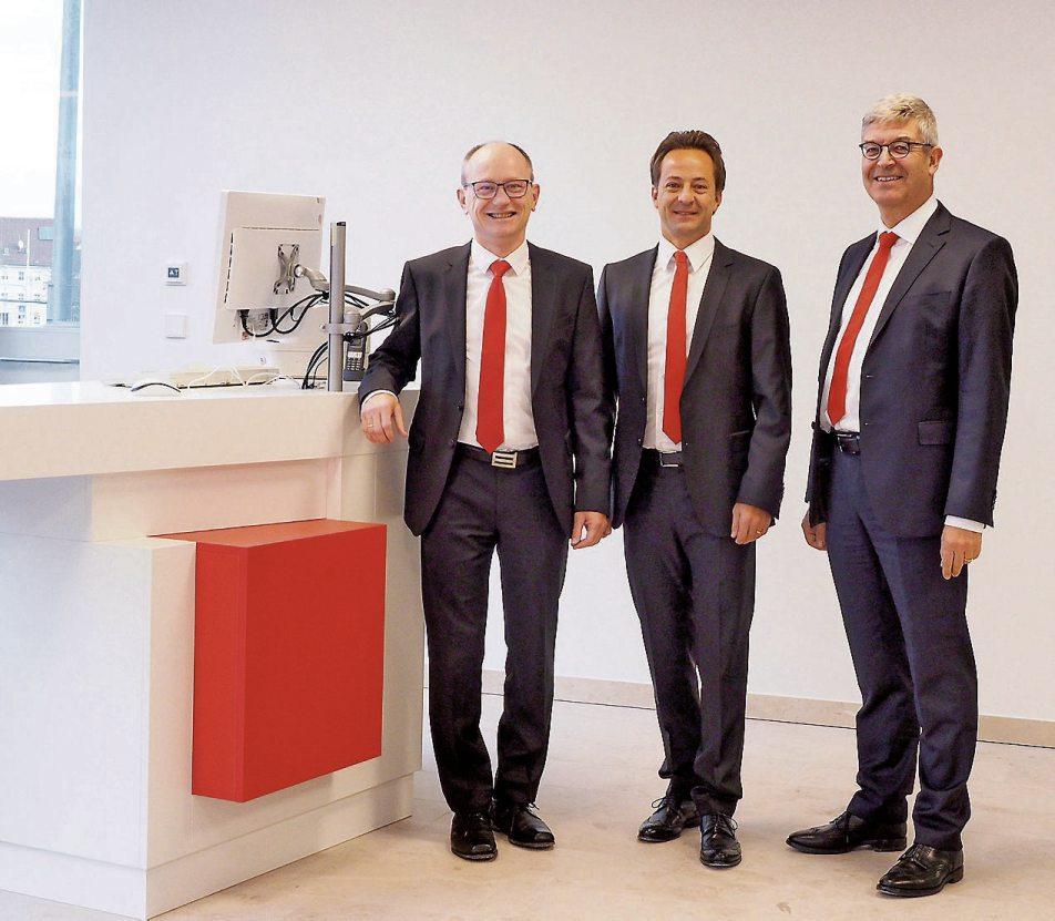 <div>Regionaldirektor Fabrizio Fiorilla, eingerahmt von den beiden Vorständen der Kreissparkasse Tübingen, Hans Lamparter (links) und Dr. Christoph Gögler.</div>