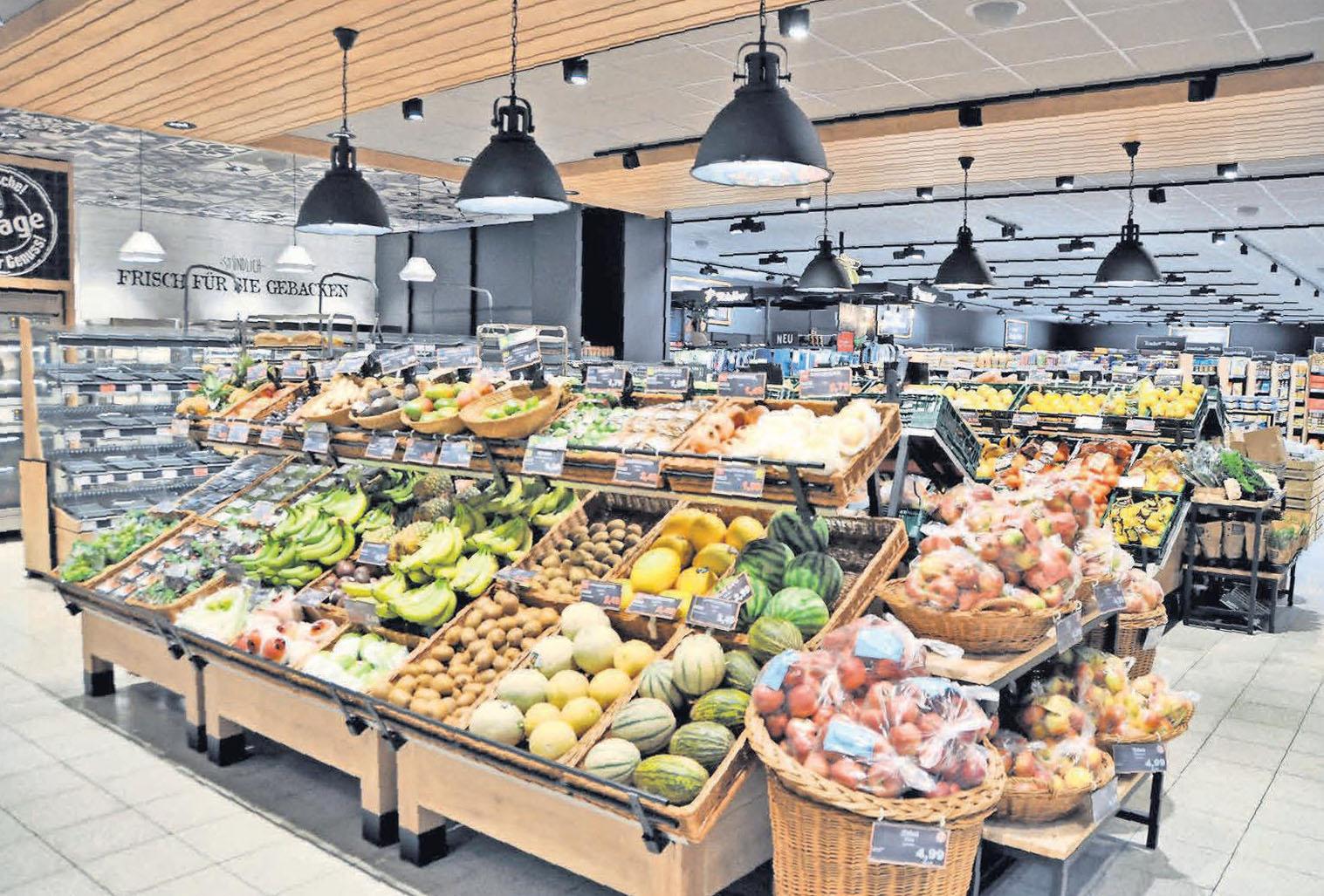 Nach wie vor Mittelpunkt des Frischemarktes: Die Obst- und Gemüseabteilung (großes Bild). Auch die Poststelle hat einen neuen Platz erhalten (kleines Bild).