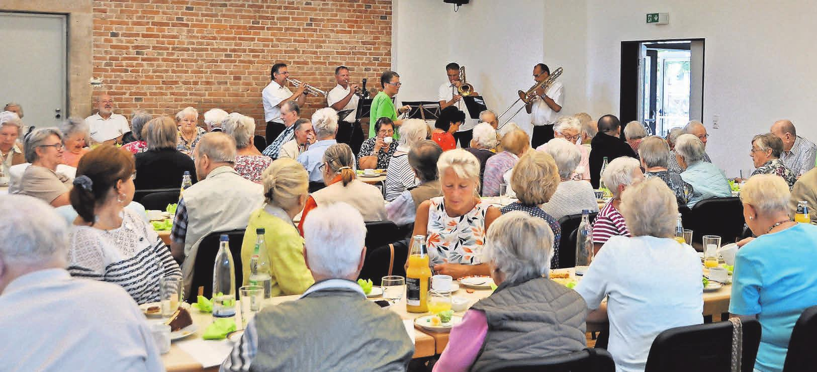 Zum traditionellen Kaffeenachmittag waren die Reihen im Saal des Dorfgemeinschaftshaus in Bredenbeck sehr gut gefüllt. Im Hintergrund der Bläserchor des Polizeimusikorchesters.