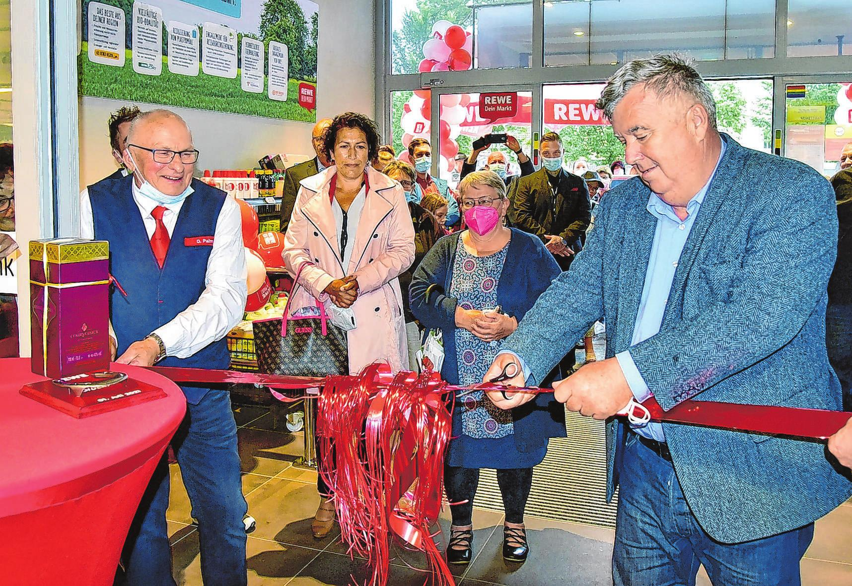 Nach dem Banddurchschnitt von Dietmar Palm und Landrat Gernot Schmidt (r.) strömten die Kunden in den neuen Markt.