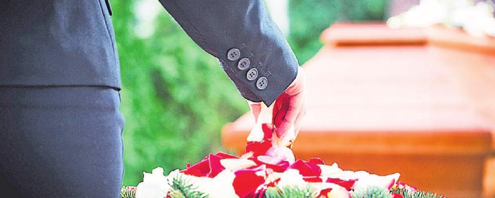 Wer bestattungspflichtig ist, also die Bestattung eines Verstorbenen veranlassen muss, legen die einzelnen Landesbestattungsgesetze fest. Foto: djd/kzenon