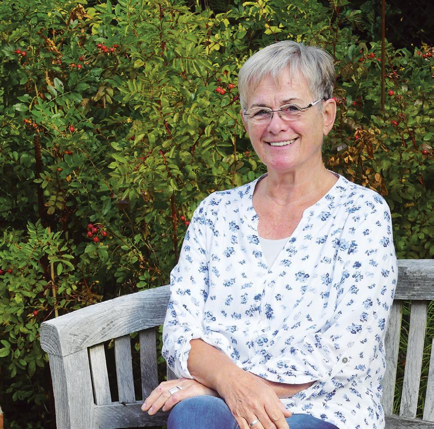 Karin Buhr an einem ihrer Lieblingsplätze: Einer lauschigen Bank im Garten, inmitten ihrer Werke.