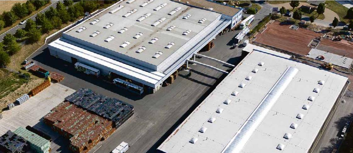 Luftaufnahme des Geländes der Harzer Mineralquelle Blankenburg GmbH – die bestehende und neue Halle im Vergleich