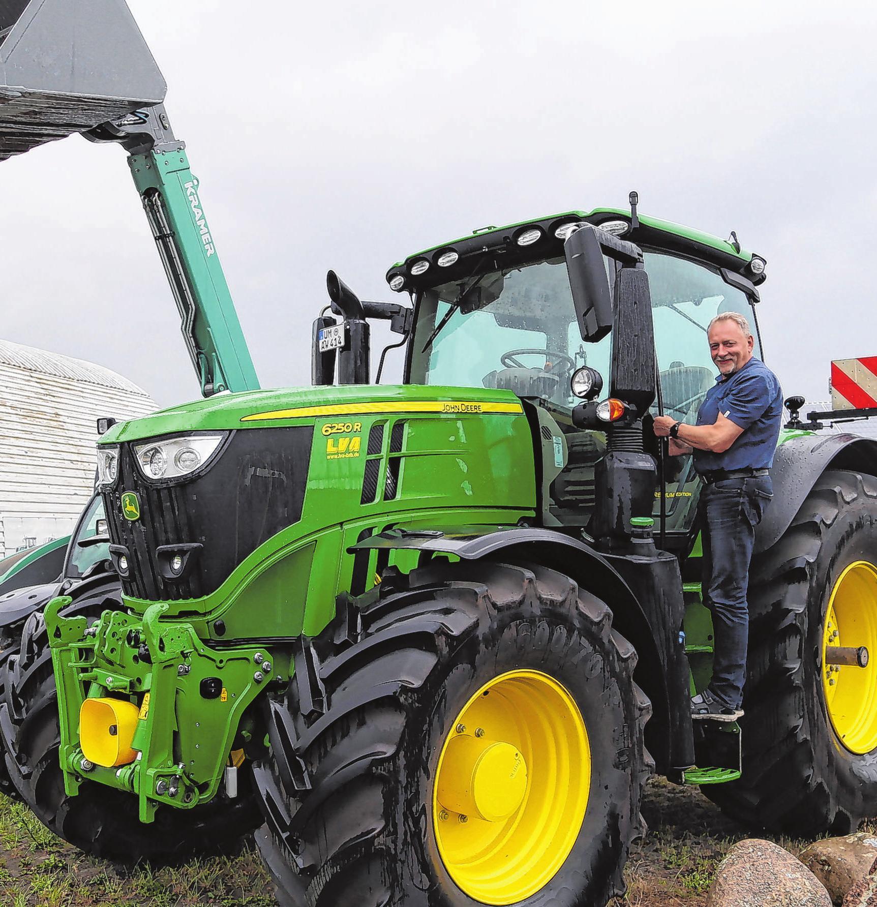 Gigant vor der Haustür: Zur Repräsentation, aber auch für Notfalleinsätze gibt es unter anderem diesen Traktor, den Hans-Jürgen Sanow vorgefahren hat. Fotos: MMH