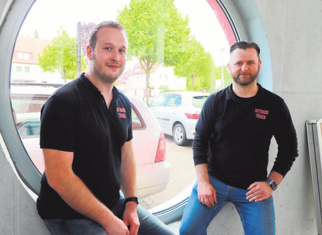 Dean Zagraba und Thomas Rothe stehen im Autohaus Többen für ein engagiertes und motiviertes Mitarbeiterteam.