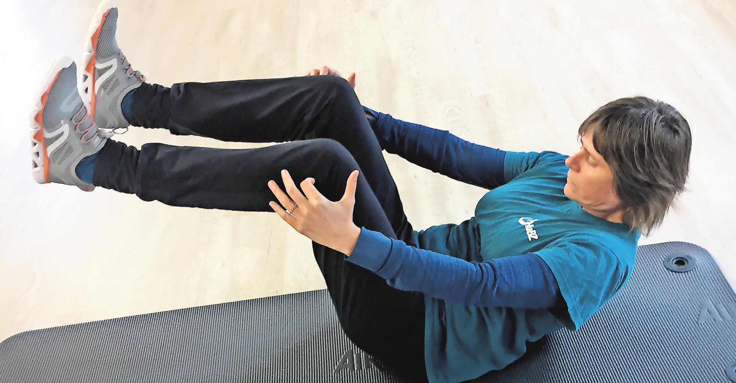 Übung für die Arbeitspause Nummer eins: Sporttherapeutin Silke Bull aus Rostock zeigt, wie Bauch- und Beinmuskulatur effektiv trainiert werden können.