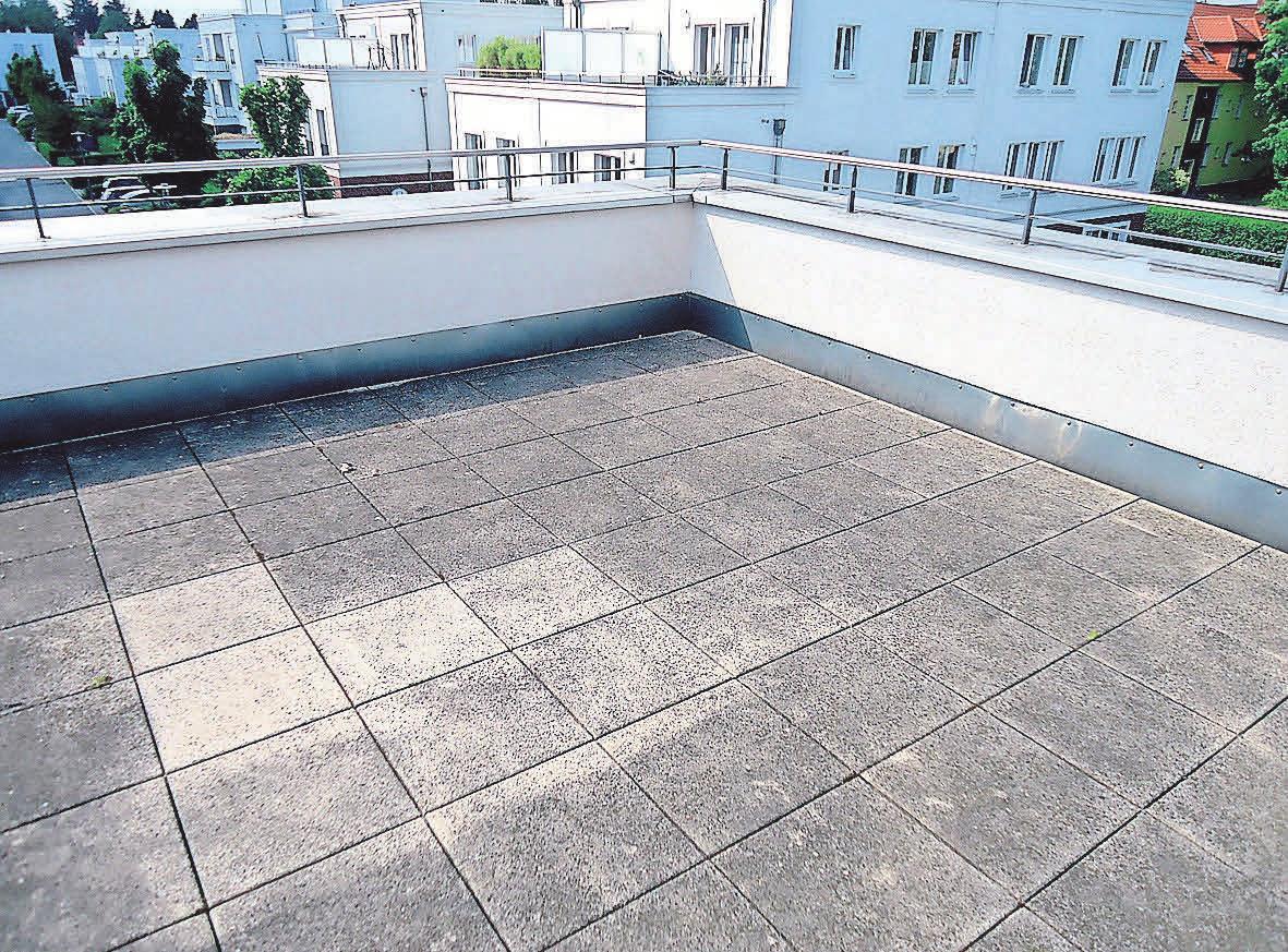 Profis helfen auch dabei, veralgte Terrassen zu säubern. Foto: Busche