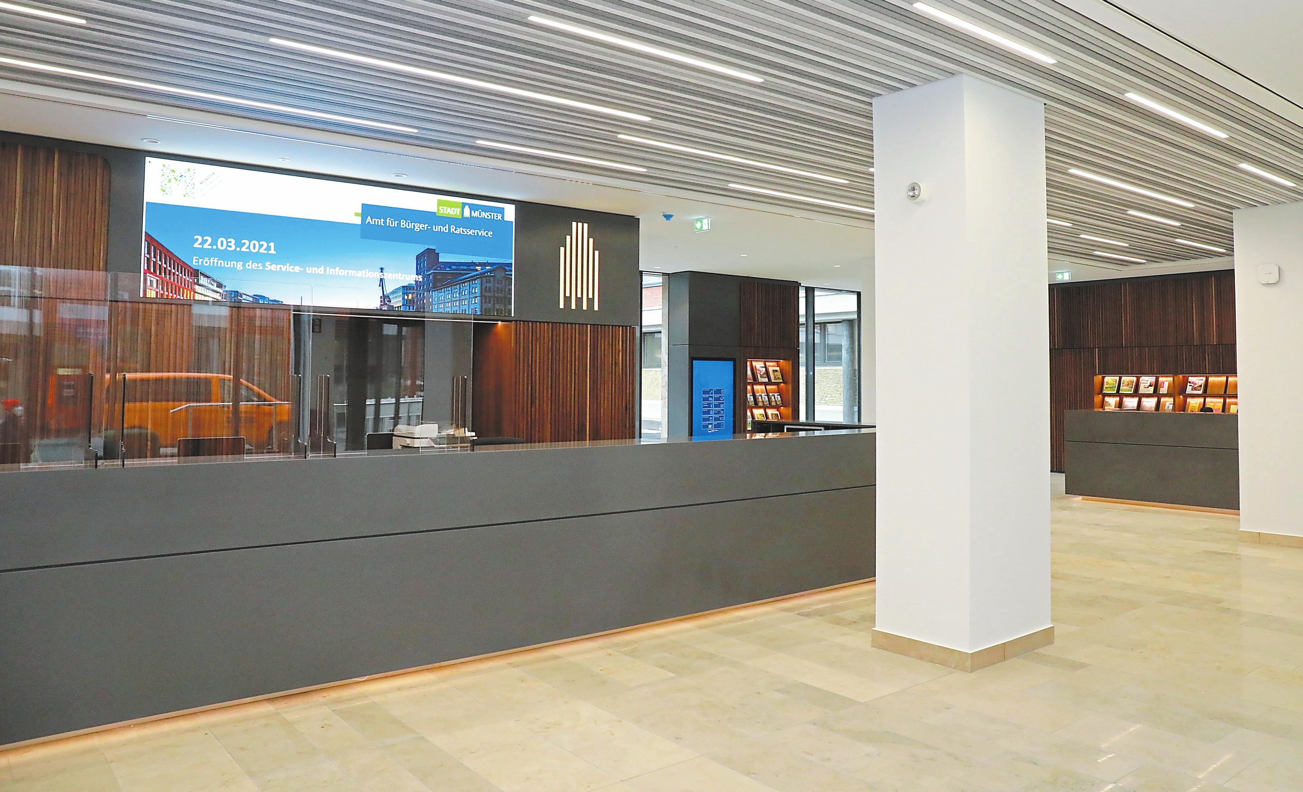 """Theke """"Servicezentrum"""" im Foyer: Die Medienwand präsentiert aktuelle Münster-Infos. Fotos: Stadt Münster/Amt für Kommunikation"""