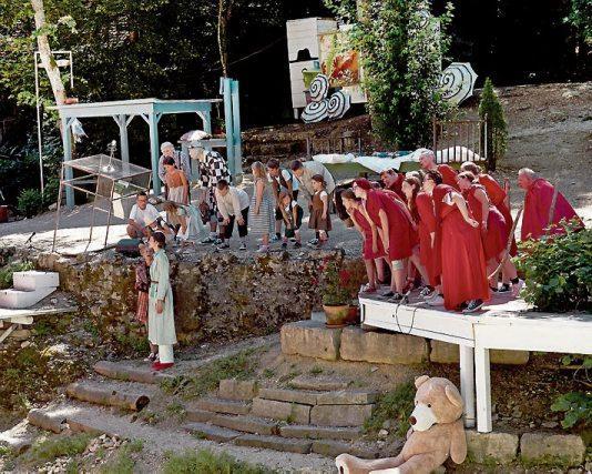"""Naturtheater Hayingen - In diesem Jahr feiert das Naturtheater Hayingen sein 70-jähriges und """"Der kleine Prinz""""von Antoine de Saint-Exupéry sein 75-jähriges Bestehen. Ein Anlass für das Naturtheater, eine schwäbische Neufassung des Klassikers auf die Bühne im Tiefental zu bringen, in der die bekannte Geschichte lokale Bezüge bekommt: Statt in der afrikanischen Wüste landet der kleine Prinz mitten auf der schwäbischen Alb. Und die Naturtheaterbühne verwandelt sich in ein lebendiges Bilderbuch."""
