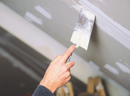 Für kleine Risse und Löcher eignet sich Spachtelmasse aus der Tube Bild: Wellnhofer Designs/stock.adobe.com
