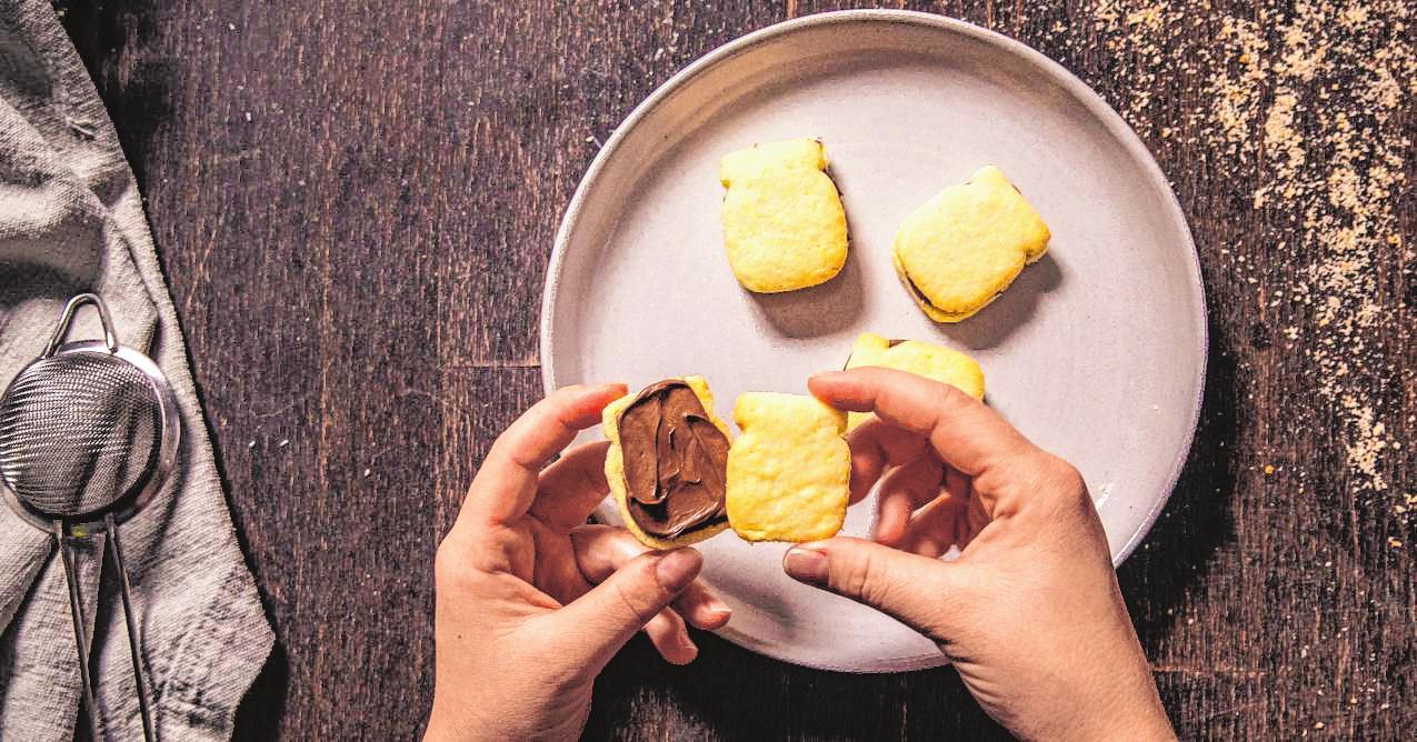 Kokos-Linzer-Plätzchen mit Nuss-Nougat-Creme – das ist Weihnachten für Genießer. BILD: DJD/NUTELLA