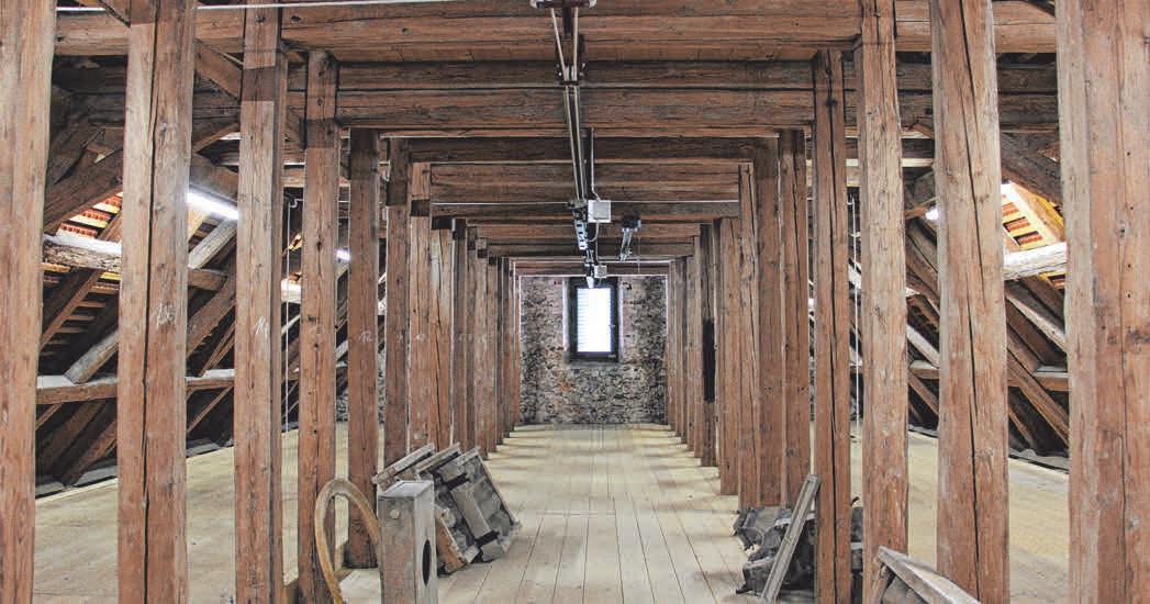 Im Zuge der Instandsetzungsarbeiten am Turm wurden ebenfalls Elektroarbeiten für die Beleuchtung im Kirchenraum durchgeführt. (v. l.) Manfred Kaeß (Meßner), Ralph Schäffler und Karl Herter (Architekturbüro) sowie Thomas Krug (Kirchengemeinderatsvorsitzender) stehen über der Gewölbedecke der Kirche.