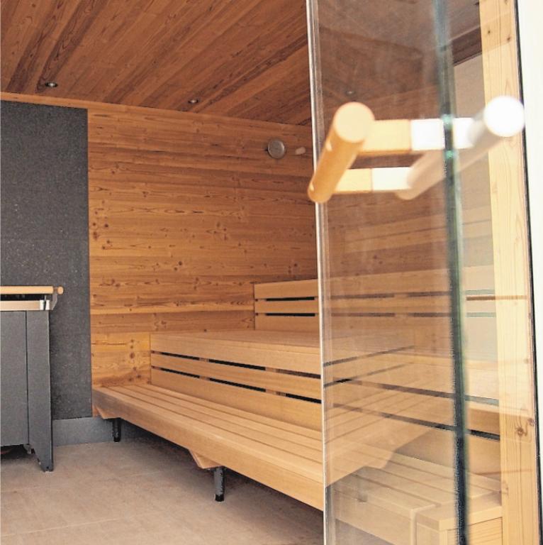 Moderner Wellnessbereich mit Sauna.