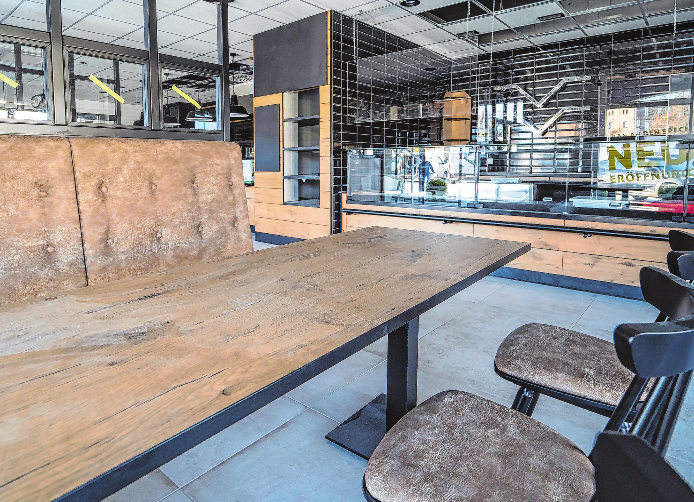 Zum Verweilen: Insgesamt 35 Plätze stehen für Imbiss-Kunden zur Verfügung. Bis dies wieder erlaubt ist, bleibt erst einmal nur die Aussicht auf die gemütlichen Sitzgelegenheiten.