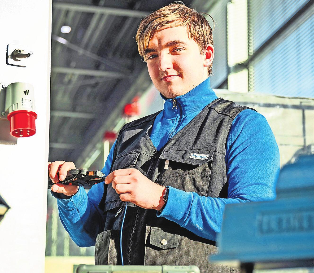 Sven Tengel macht eine Ausbildung zum Mechatroniker und lernt unter anderem Programmieren. Foto: Riva