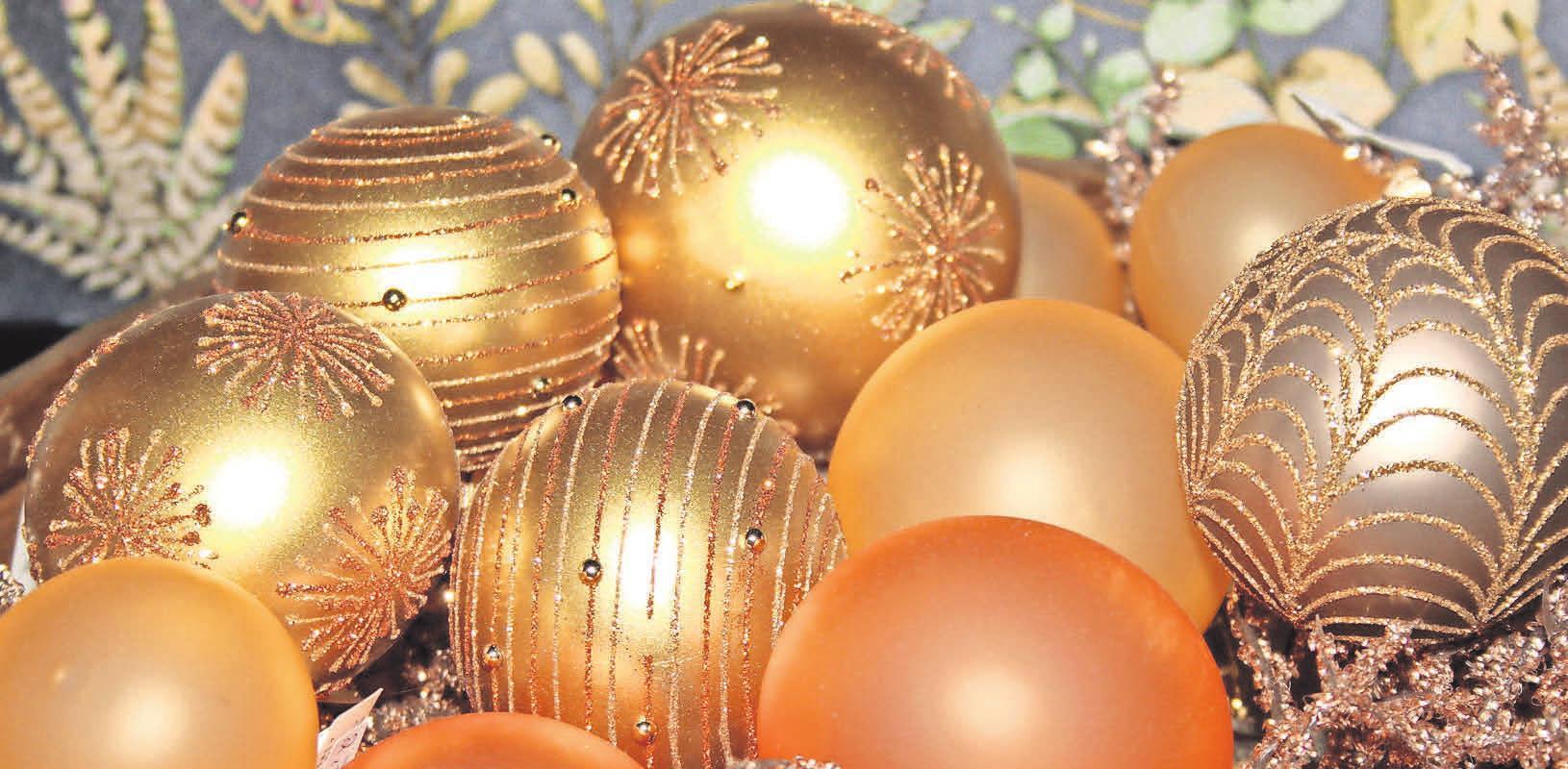 Das wirkt edel: In sanftem Gold, Altsilber und Apricot schimmern diese Baumkugeln – gesehen bei Principessa, Geschenkartikel & Wohnaccessoires.