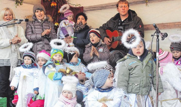 Die Engelschar aus Dreikäsehochs begleitet den Nikolaus jedes Jahr. FOTO: PICASA