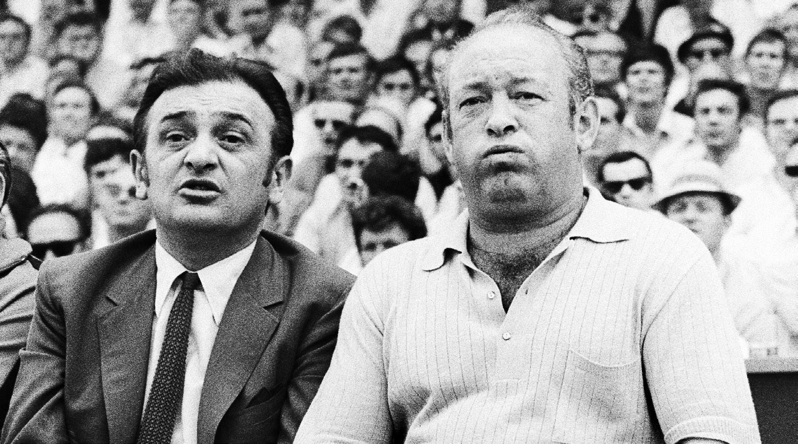 """Die Sieger: Offenbach-Präsident Horst-Gregorio Canellas (l.) erlangte in den Jahren nach der Aufstiegsrunde gleich zweimal traurige Berühmtheit. 1974 brachte er mit heimlich angefertigten Tonbandaufzeichnungen den Bundesliga-Bestechungsskandal ins Rollen, 1977 saß er in der von Terroristen entführten und in Mogadischu befreiten Lufthansa-Maschine """"Landshut"""". Trainer Zlatko """"Tschik"""" Cajkovski war schon vor 1970 berühmt: Der Kroate hatte den FC Bayern München 1965 als Trainer in die Bundesliga geführt und mit den Münchnern anschließend zweimal den DFB-Pokal und einmal den Europapokal der Pokalsieger gewonnen."""