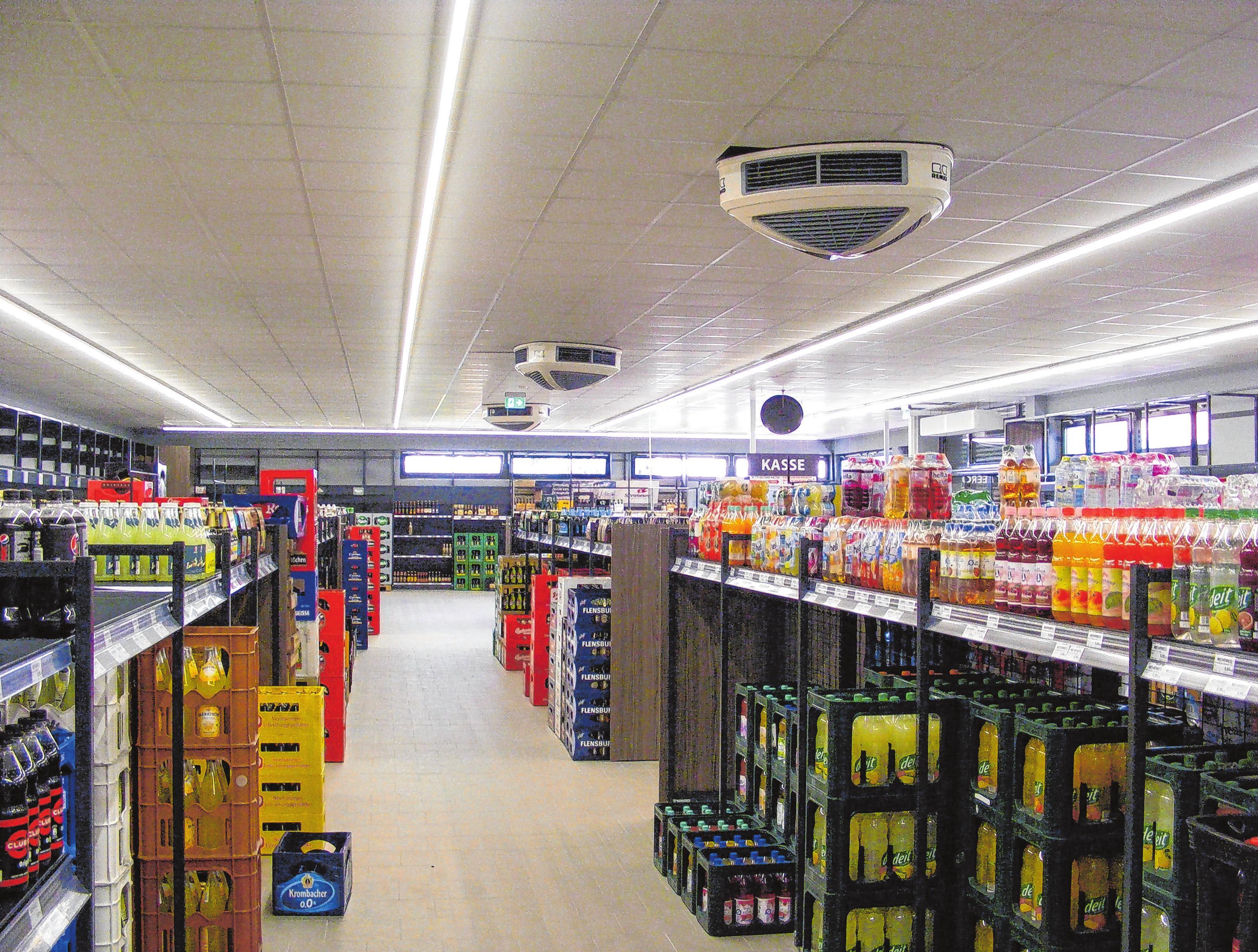 Hell und modern wirkt die Einrichtung des neugebauten Getränkemarkts zum Curland, die Waren sind nun sehr übersichtlich sortiert und platziert.