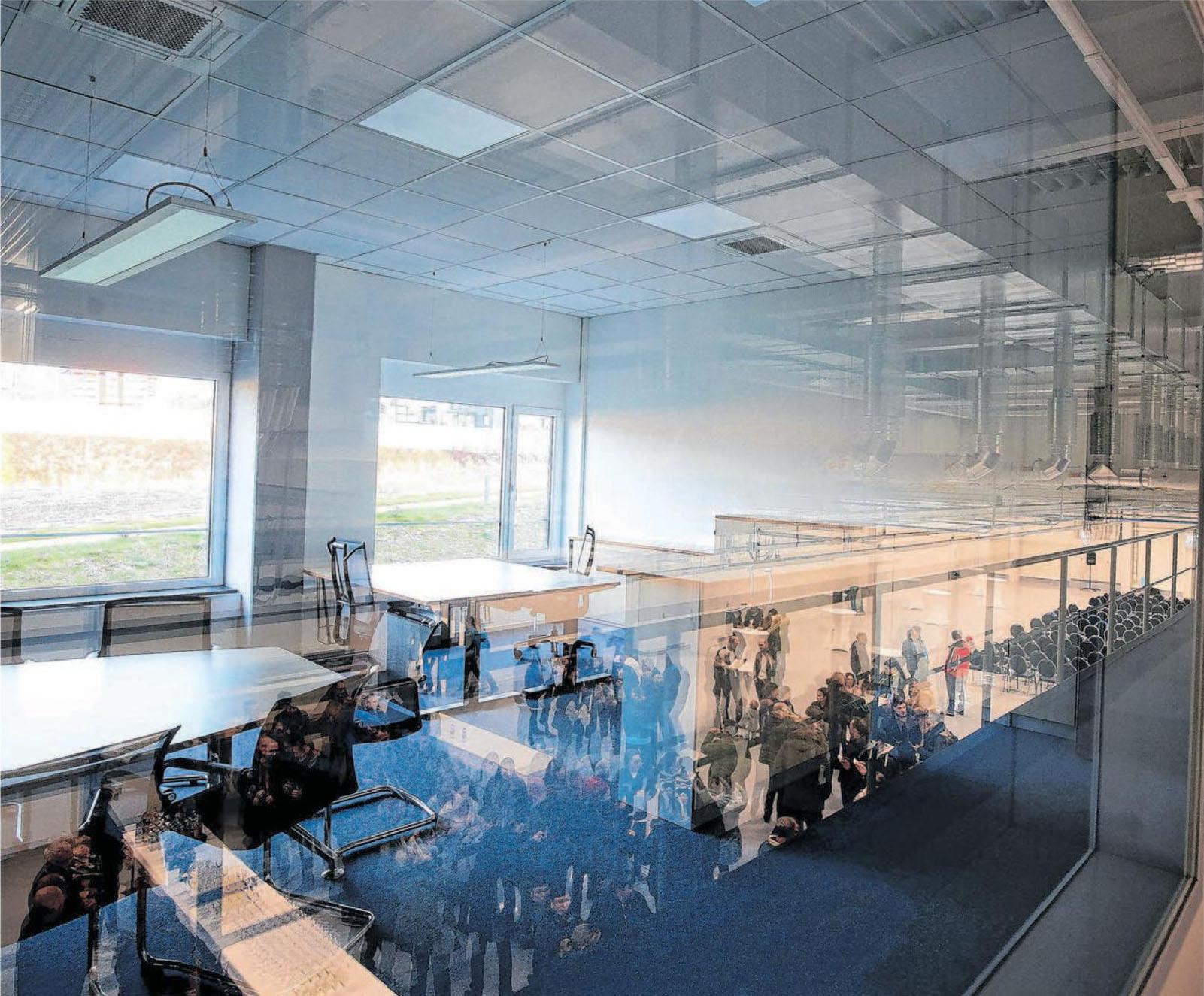 Die neue Halle präsentiert sich mit moderner Architektur und Inneneinrichtung.