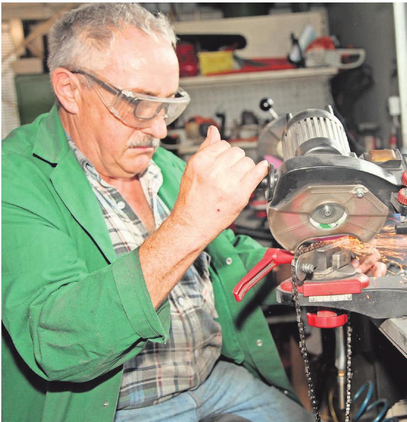 Fachübergreifende Handarbeit: Der gelernte Elektriker Ralf Lauer schärft in der Werkstatt Glied für Glied einer Kettensäge nach. Fotos: jhp