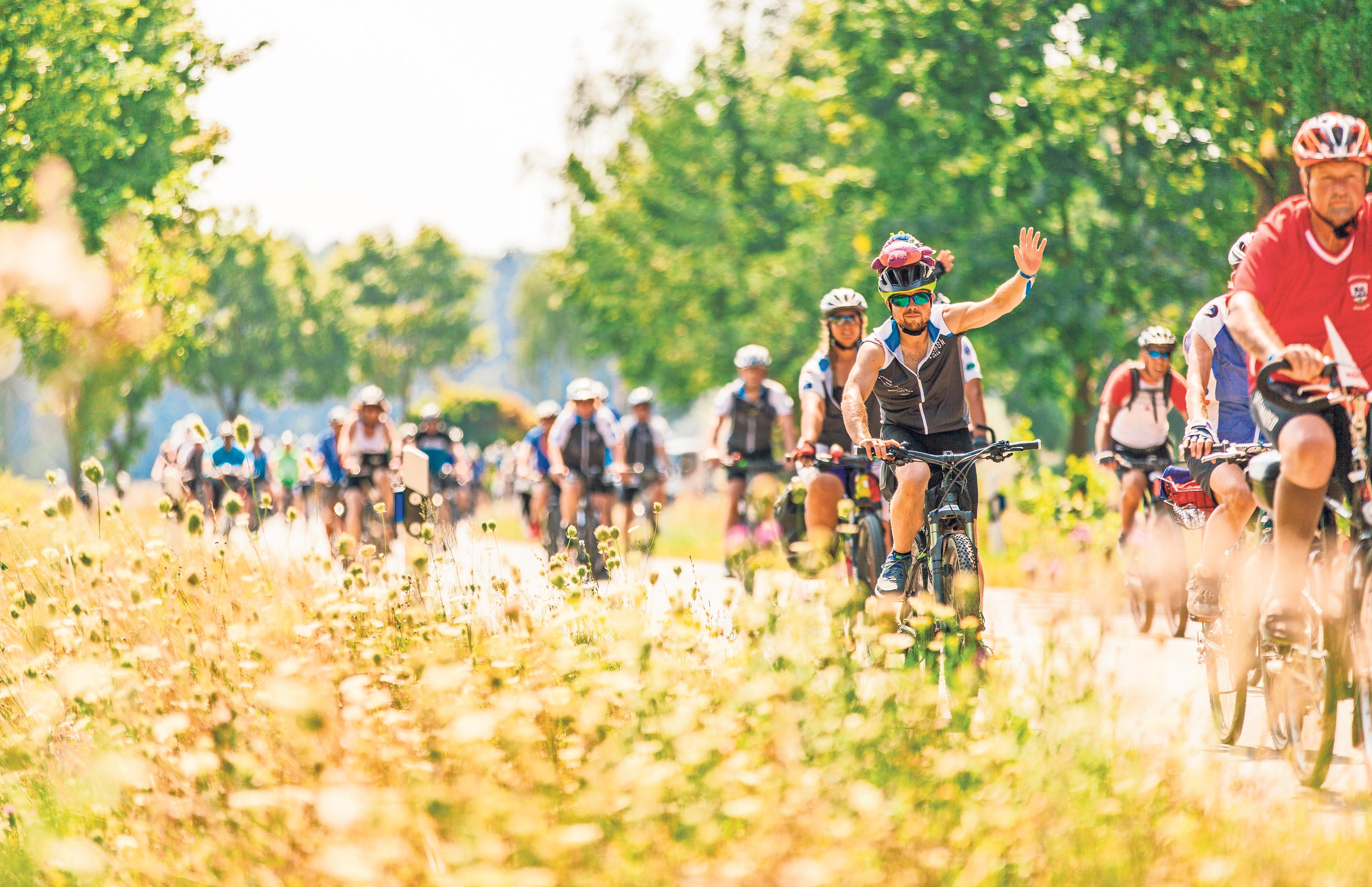 Wenn die Radler und Radlerinnen am 3. August in Bad Füssing angekommen sind, haben sie eine etwa 550 Kilometer lange Strecke durch vier bayerische Regierungsbezirke hinter sich. Foto: BR/Johanna Schlüter