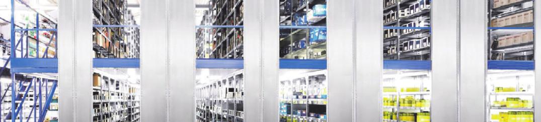 In dem großen Lager mit unzähligen Produkten fi nden die Mitarbeiter von Schleuss immer das Passende für ihre Kunden. Bild: Schleuss Autoteile GmbH