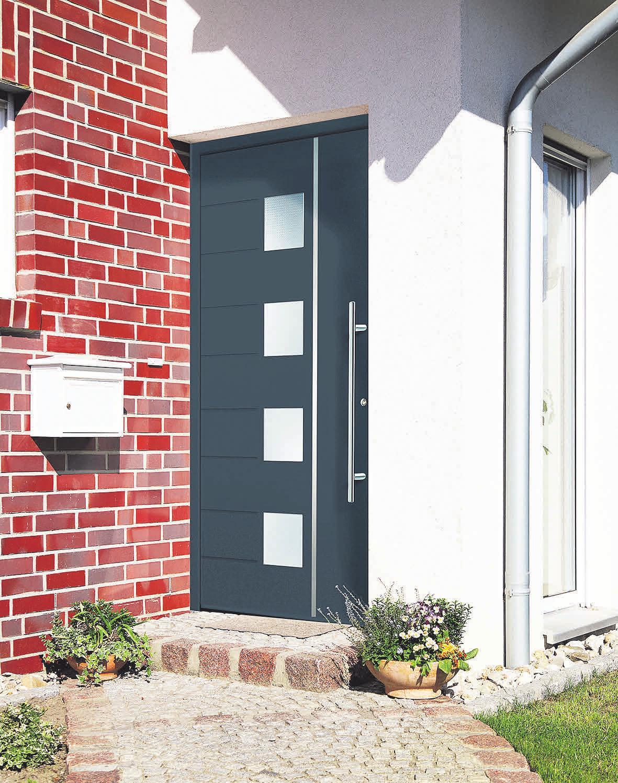 Türen-Spezialisten bieten für jeden Eingangsbereich die passende Haustür. Die Entscheidung, ob die Tür über Glaselemente, Oberlichter oder einen geschwungenen Außengriffverfügen soll, liegt ganz in den Händen des Hausherrn. FOTO: HLC/SCHEURICH GMBH
