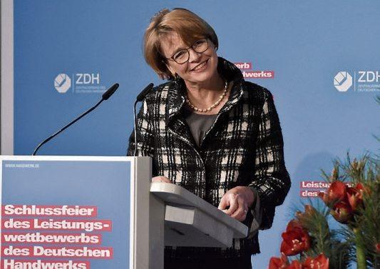 Elke Büdenbender, Ehefrau von Bundespräsident Frank-Walter Steinmeier, beglückwünschte die erfolgreichen Nachwuchshandwerker bei der Abschlussfeier in Berlin. Bilder: ZDH / Bildschön