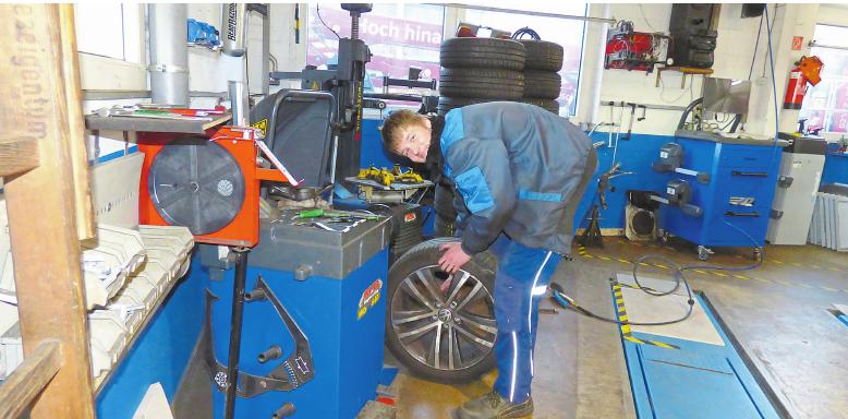Zum Team von Jäger & van Eck in Nottuln gehört seit Januar auch der neue Auszubildende Leon Hartz, der gerade einen Reifenwechsel ausführt. Foto: as