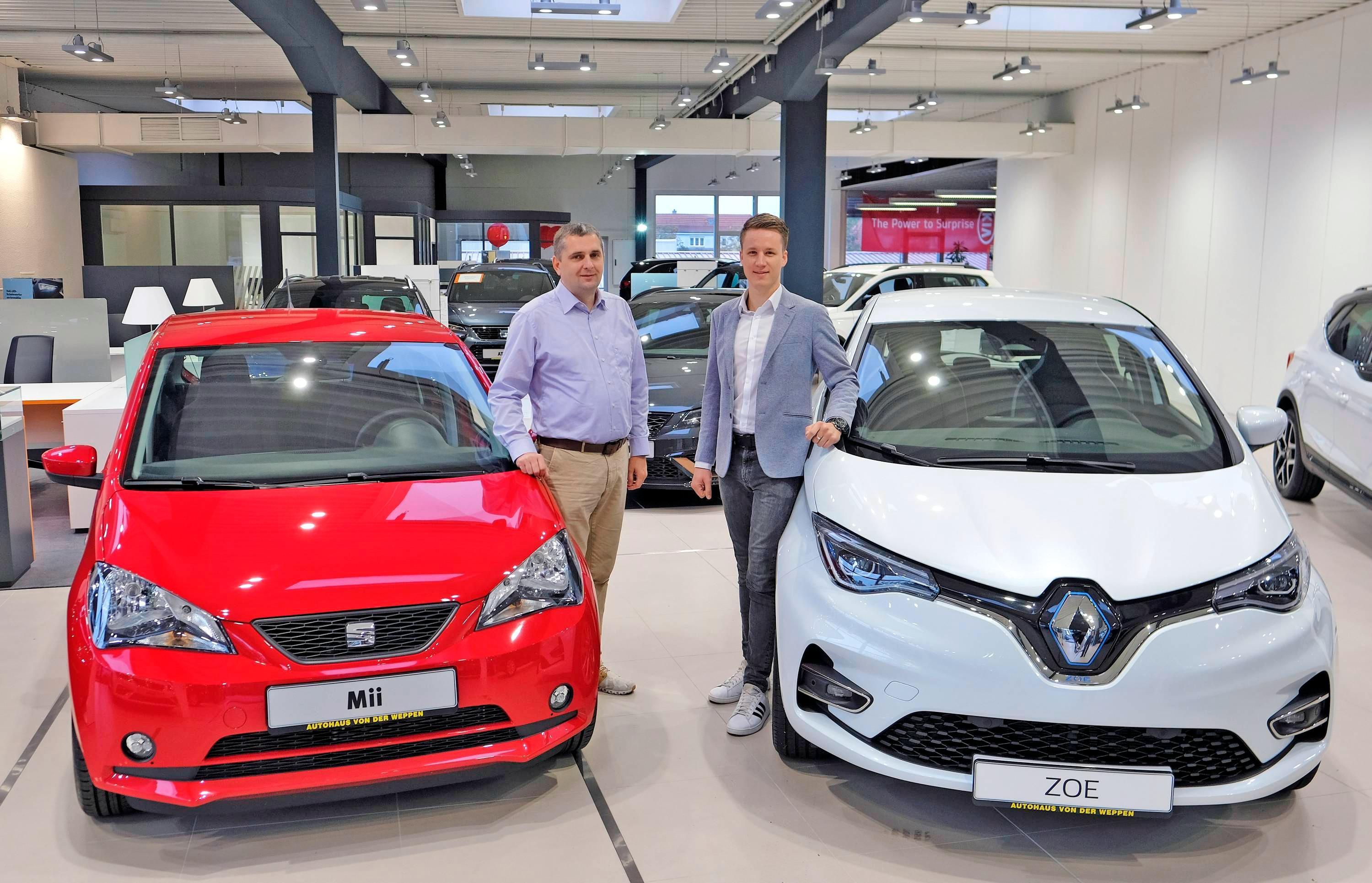 Beim kompetenten Verkaufsteam des Heilbronner Autohauses von der Weppen können Interessierte bereits den neuen Mii Electric (links) und den überarbeiteten Renault Zoe bestellen. Foto: Dennis Mugler