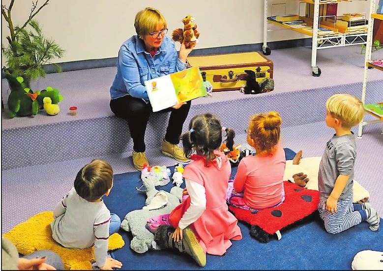 """Bücher erleben: Bei den """"Koffergeschichten"""" hören Kinder nicht nur zu, sondern dürfen selbst aktiv werden. FOTO: RUIZ"""