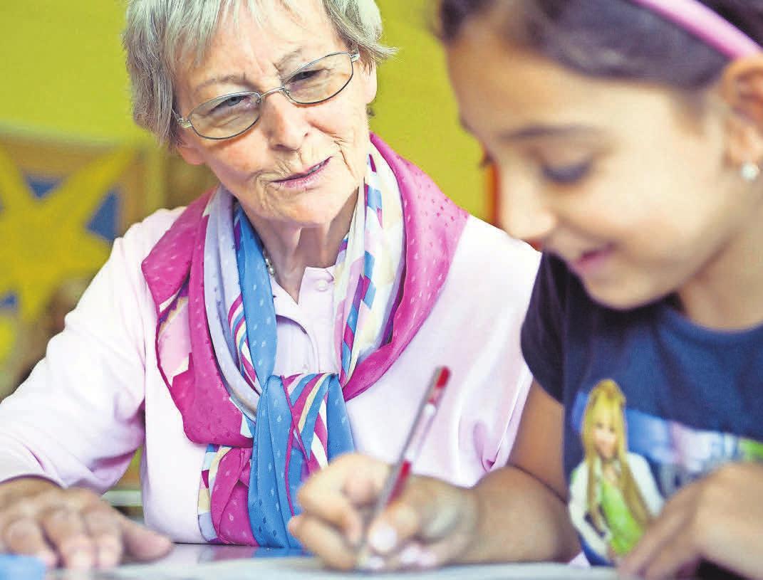 Auch die ehrenamtliche Hausaufgabenhilfe kann eine Form des Gehirnjoggings sein. FOTO: MICHAEL LÖWA/DPA