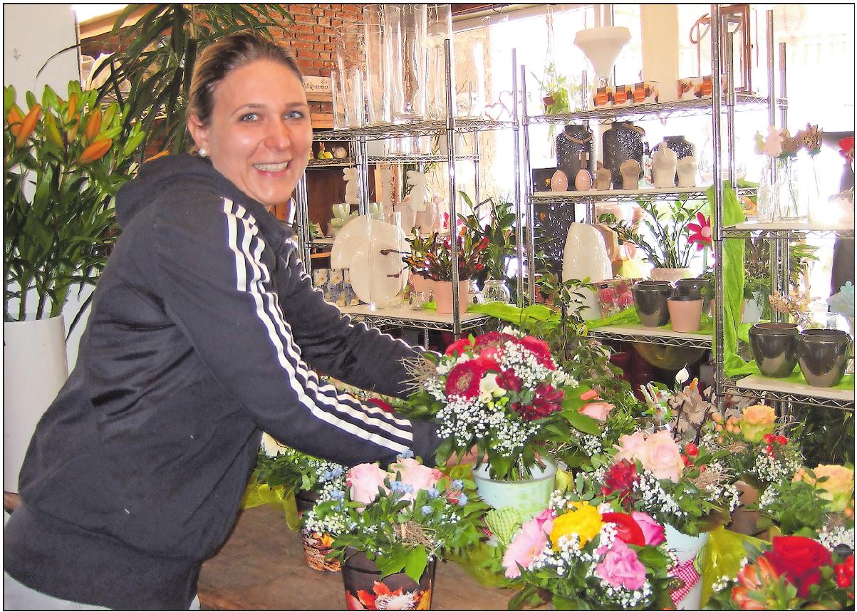Liebt die Abwechslung: Floristin Yvonne Amato-Wolf zeigt vorgefertigte Sträußchen. FOTO: SCHAAR