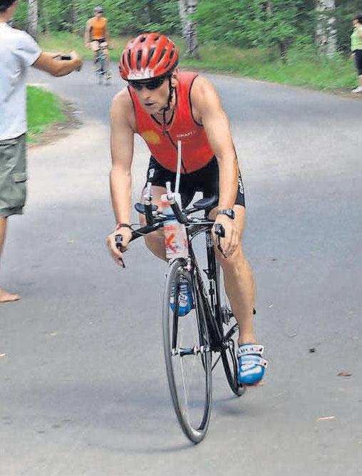 Eine Teildisziplin des Triathlons: Raimund Kupka auf dem Fahrrad.
