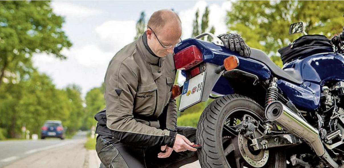 Gerade zum Start in die neue Saison sollten alle Funktionen des Bikes gründlich überprüft werden. Bild: djd/MotorradreifenDirekt.de