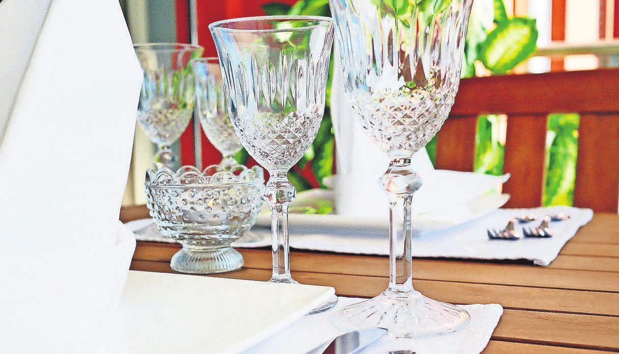 Ein Tisch gehört auf den Balkon, um Mahlzeiten dort genießen zu können. Foto: Pixabay