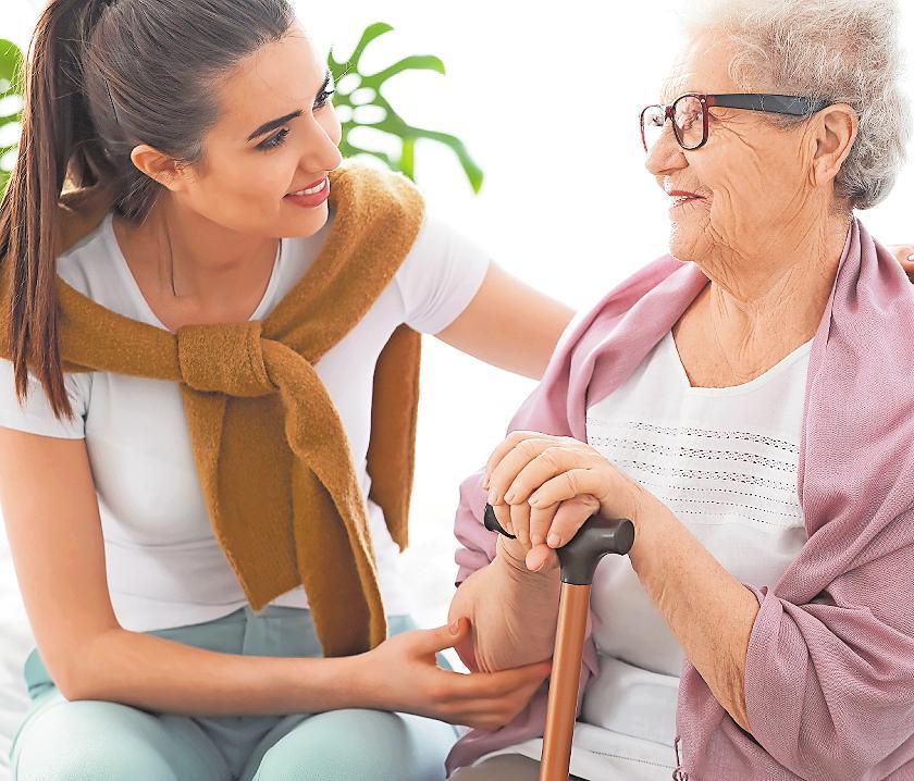Wer seine Angehörigen pflegt, kann sich auf vielerlei Art professionelle Unterstützung holen. FOTO: LEONID/STOCK.ADOBE.COM