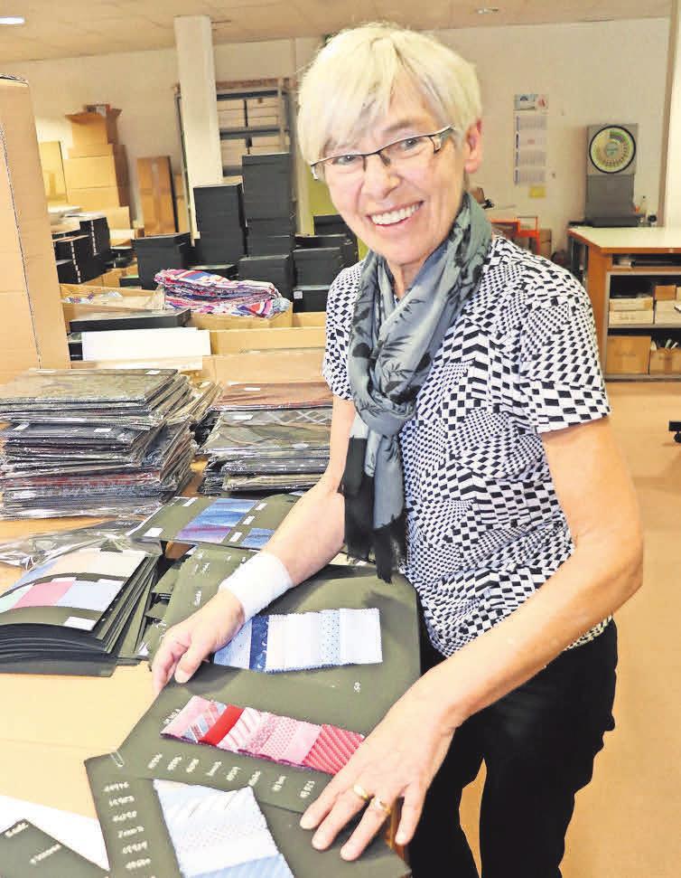 Die Auswahl ist Chefsache: Inhaberin Barbara Schön zeigt die Stoffmuster, aus denen die aktuelle Kollektion der Ahlborn-Krawatten gefertigt wurde.