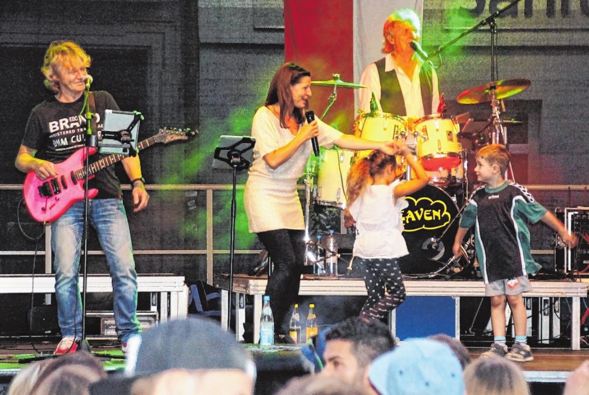 """Der Nachwuchs darf auch mal ran bei """"Heaven"""". Die Formation ist am Montagabend auf der großen Bühne beim Marktplatz-Weinfest in Gerolzhofen. FOTO: NORBERT VOLLMANN"""