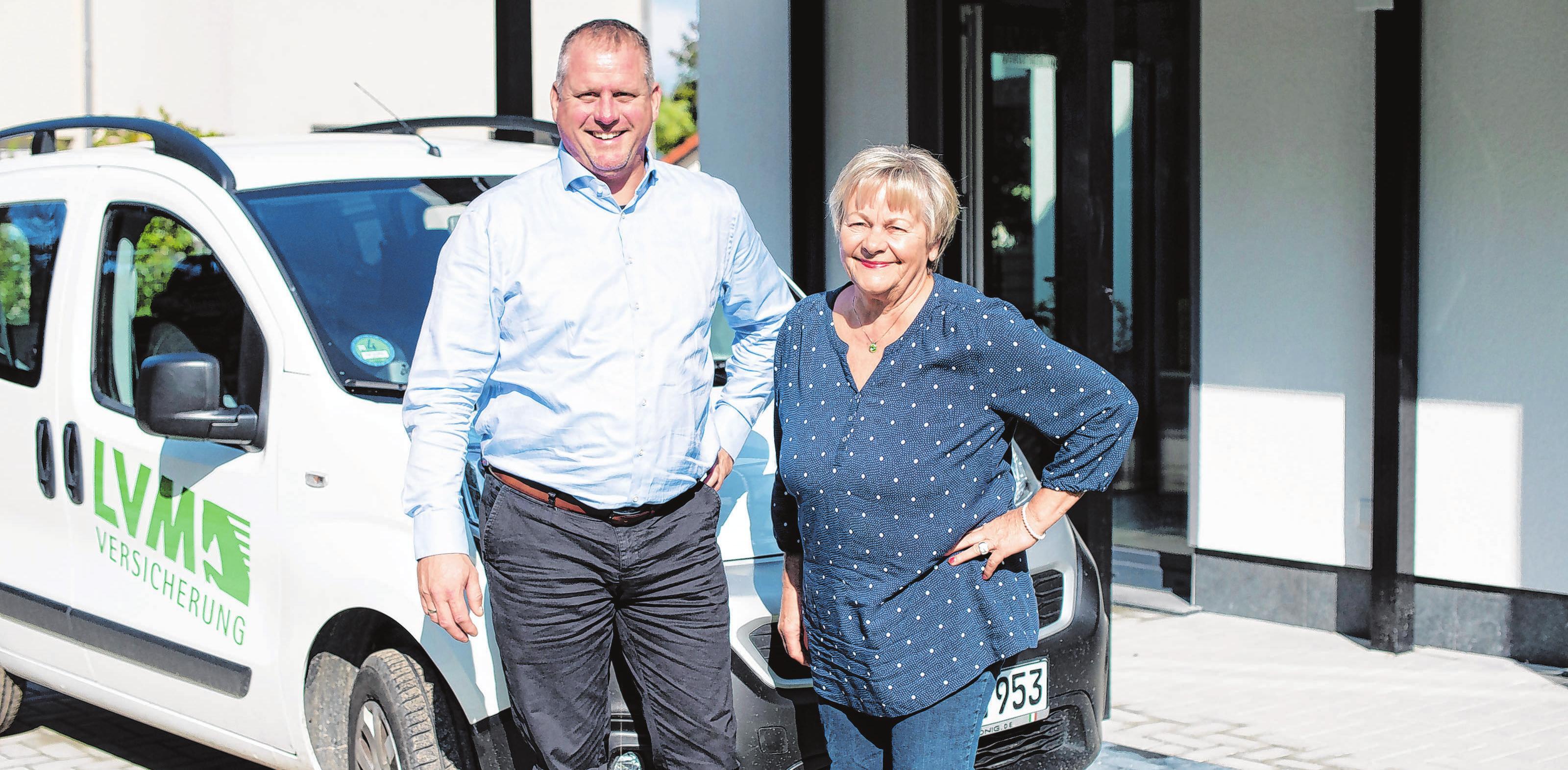 Seit Jahren ein gutes Team: Lars Lorenzen und Karin Lorenzen vor dem neuen Büro in derFürstenwalder Lestikowstraße 67.
