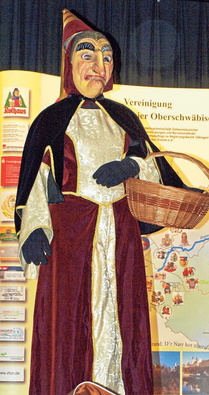Das Burrenweible ist die Hauptfigur der Einharter Fasnet. In der Maske kommt der Geiz der Burgfrau besonders durch das spitze Kinn und die lange Nase, zum Ausdruck. FOTOS: DORNER/ZUNFT